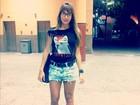 Ex-BBB Adriana usa short curtinho para ir ao cinema com Rodrigão