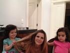 Luciano Camargo posta foto das gêmeas 'puxando' o cabelo da mãe