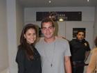 Thiago Martins e Paloma Bernardi vão juntos ao teatro