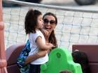 Mônica Martelli brinca com a filha no Leblon, no Rio
