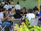 Lua Blanco grava com a família e Cássio Reis em restaurante