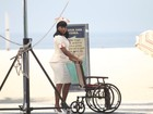 Adriana Bombom grava como enfermeira sexy na praia da Barra