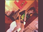 Rihanna exibe pernas em estúdio