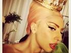 Lady Gaga posa usando uma coroa