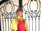Paris Hilton usa fantasia de Robin para celebrar o Halloween