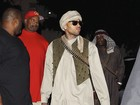 Chris Brown se fantasia de combatente talibã no Halloween