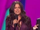 Sem sutiã, Khloe Kardashian exibe mamilo sob blusa em gravação