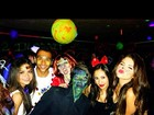 Selena Gomez vai a festa de Halloween vestida de gatinha