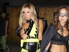 Ashley Tisdale e amiga usam fantasias sexy em festa de Halloween