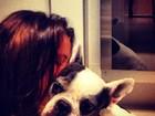 Bruna Marquezine abraça sua cachorrinha em foto: 'Cheirinho bom'