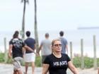 Vera Fischer caminha na orla do Rio