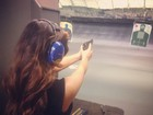Kim Kardashian faz aula de tiro: 'Cuidado, intrusos'