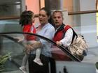 Tânia Mara e Jayme Monjardim passeiam com a filha no Rio