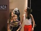 Lizandra Souto passeia  com os filhos, Yasmin e Yago