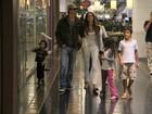 Márcio Garcia vai a shopping com a mulher e os três filhos