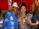 Rainha de bateria de escola de samba usa vestido decotadíssimo em ensaio