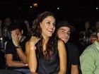 Paloma Bernardi faz surpresa e senta no colo de Thiago Martins em show