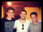 Cauã Reymond encontra ex-jogador Bebeto e o filho em churrascaria