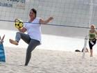 Grávida, Amandha Lee joga futevôlei em praia do Rio
