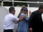 Lady Gaga chega ao Rio de Janeiro, voa de helicóptero e manda beijo para os fãs
