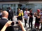 Sósia de Lady Gaga anima fãs da cantora que fazem plantão no hotel