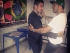 Ex-BBB Yuri e Belo dançam juntinhos