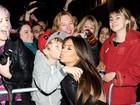 Sortudo! Fã mirim ganha beijo e posa para foto com Kim Kardashian