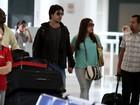Susana Vieira e Sandro Pedroso embarcam em aeroporto no Rio