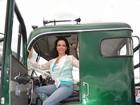 Sula Miranda dirige caminhão e recebe homenagem em evento