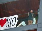 Sem calça, Lady Gaga aparece na varanda antes de deixar o Rio