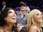 De boné, Ashton Kutcher assiste a jogo de basquete nos EUA