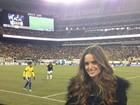No campo, Izabel Goulart assiste a jogo da seleção brasileira