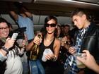 Rihanna faz festa com fãs dentro de avião