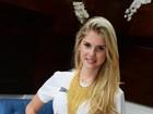 De barriguinha de fora, Bárbara Evans vai a feijoada no Rio