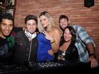 Abraçado com loira, Daniel Rocha ataca de DJ em festa