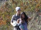 Justin Bieber e Selena Gomez estão incomodados com curiosos, diz site