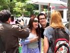Fãs do Kiss tiram casquinha de Susana Vieira na porta de hotel