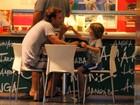Cássio Reis toma sorvete com o filho no Rio