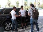 Com aliança na mão direita, Neymar embarca em São Paulo