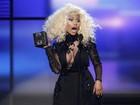 Nicki Minaj usa look ousado para receber prêmio