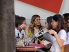 Ticiane Pinheiro almoça com amigos no Rio