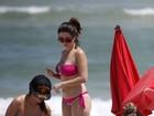 De férias da TV, Giovanna Lancellotti vai à praia no Rio