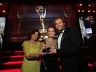 Fernanda Rodrigues posa ao lado de colegas com troféu do Emmy