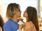 Ivan Mendes troca beijos com a namorada em aeroporto
