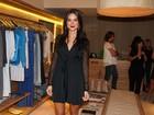 De vestido preto com transparência, Thaila Ayla vai a inaguração de loja