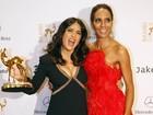 Salma Hayek usa vestido decotado em premiação na Alemanha