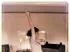 Grávida, Gisele Bündchen posta foto meditando