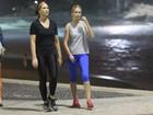 Luiza Brunet caminha ao lado de Yasmin