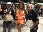 Com vestido megadecotado, Tati Minerato samba com a Gaviões