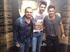Após show, Gusttavo Lima posa ao lado de Zezé Di Camargo e Luciano